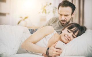 Как женщина вызывает ревность у мужчины и зачем она это делает