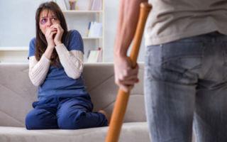 Муж меня бьет: почему и что делать?