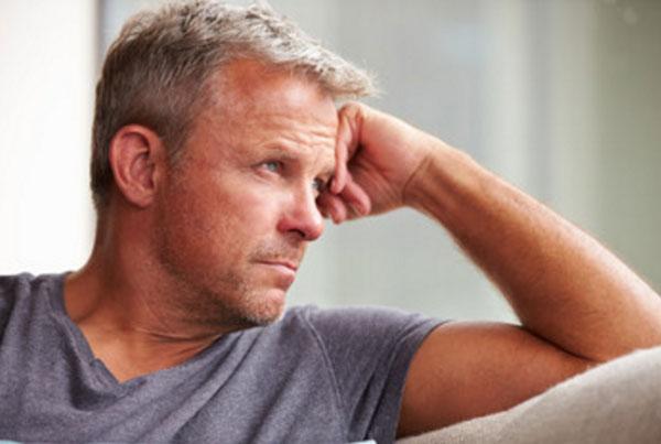 грустный мужчина в задумчивости