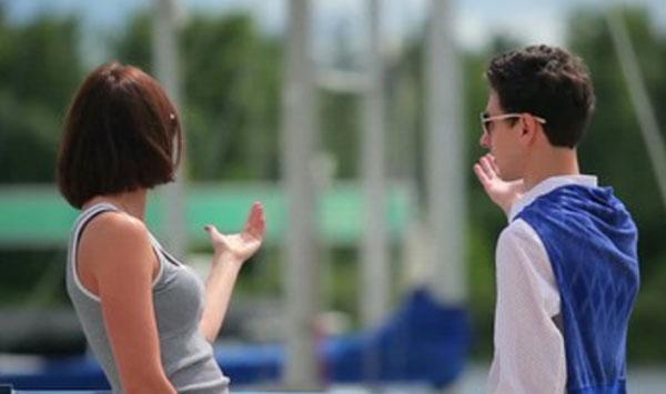 Парень и девушка что-то обсуждают