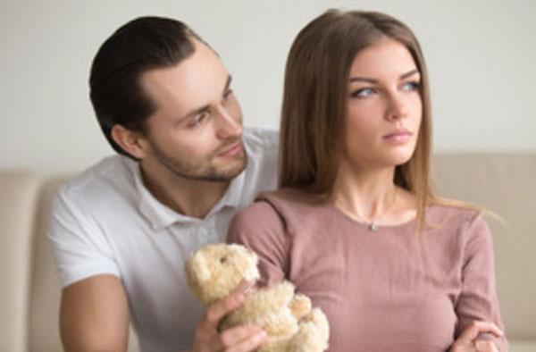 Мужчина просит прощения у жены. Она смотрит в сторону