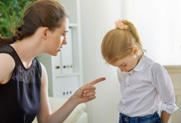 Мама отчитывает девочку за проступок