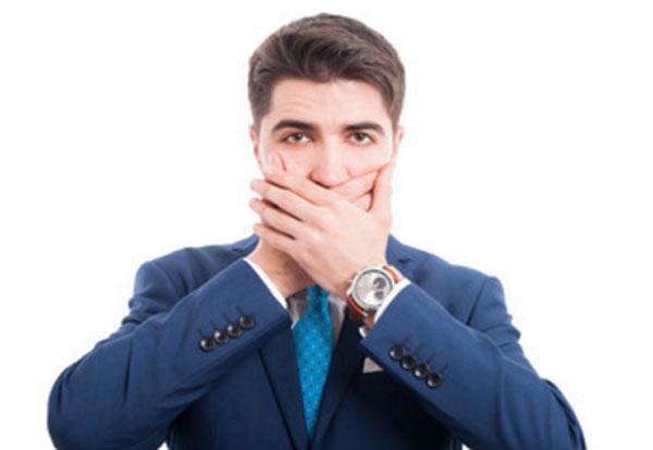 Мужчина обоими руками закрывает рот