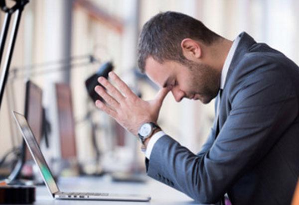 Мужчина в задумчивости над ноутбуком