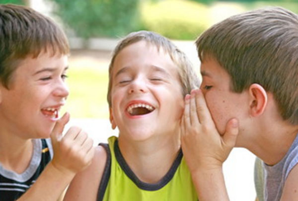 Мальчики секретничают и смеются