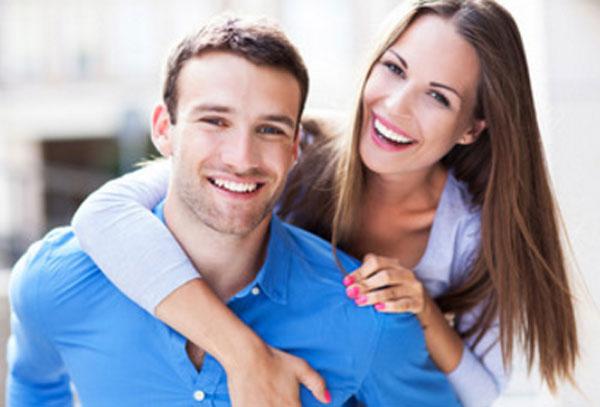 Улыбающиеся парень с девушкой