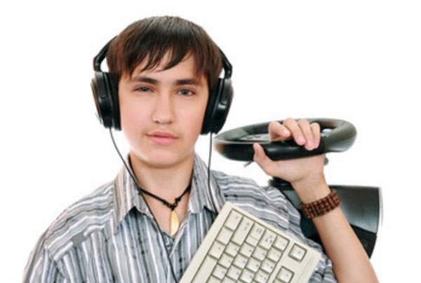 Геймер в наушниках, с клавиатурой и рулем