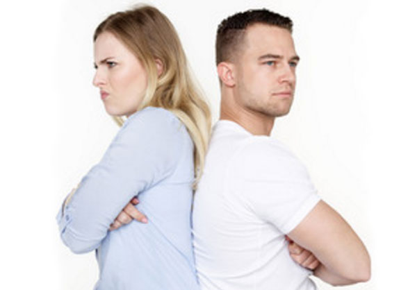 Мужчина и женщина стоят спиной друг к другу