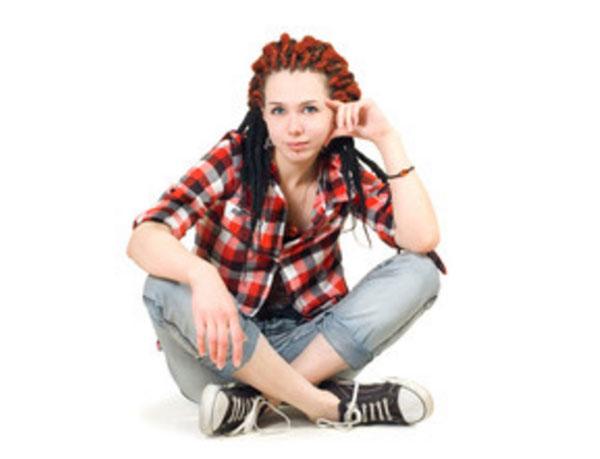 Девушка с дредами на голове