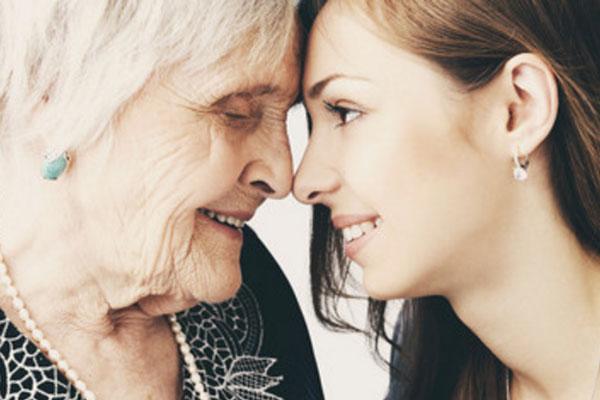 Пожилая и молодая женщины смотрят друг другу в лицо