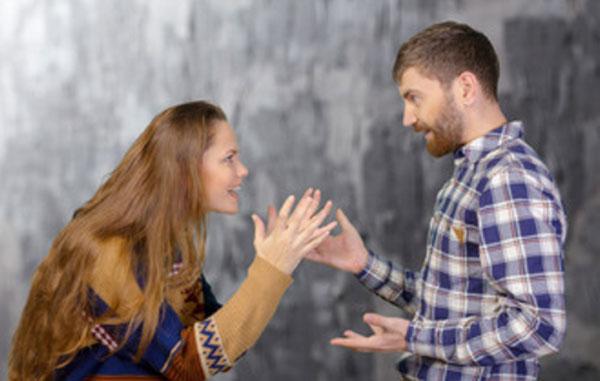 Муж с женой ссорятся