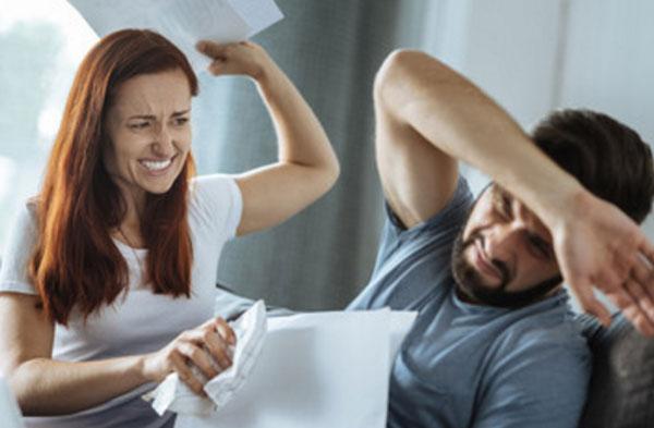 Женщина устроила истерику, бьет мужа скомканными листками бумаги