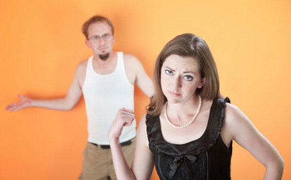 Разочарованная женщина, на заднем фоне ее муж