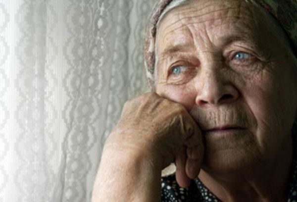 Одинокая грустная бабушка