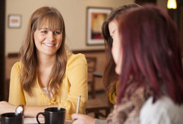 Женщины общаются за столиком
