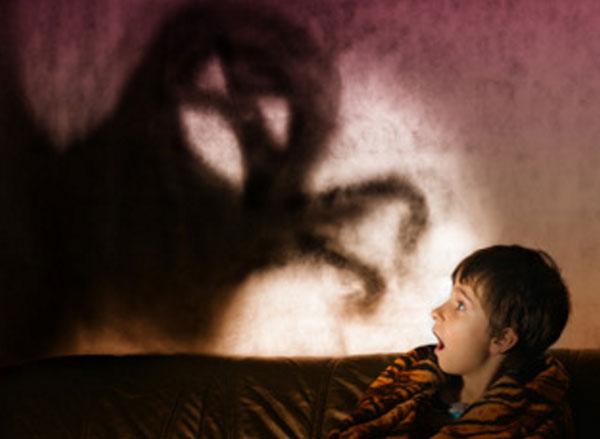 Мальчик в ужасе, видит в темноте монстра