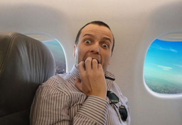 Человек боится. Он сидит в самолете, который взлетел