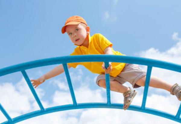 Ребенок карабкается по горизонтальной лестнице