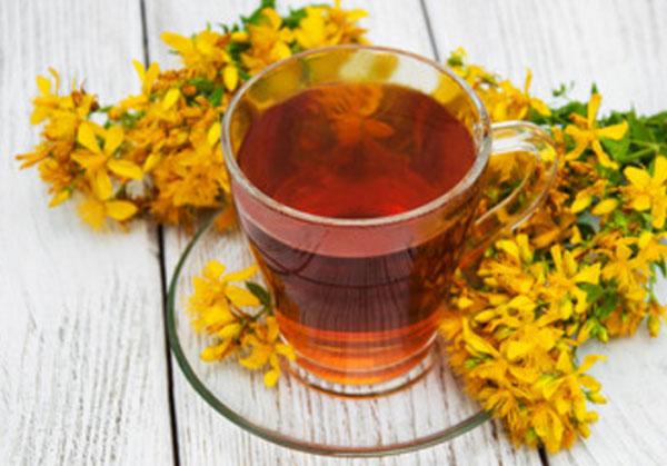 Чай из зверобоя, рядом цветочки зверобоя