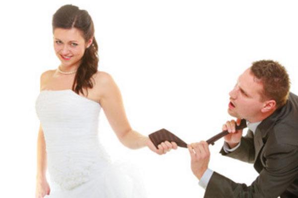 Невеста тянет за собой мужа, держа его за галстук