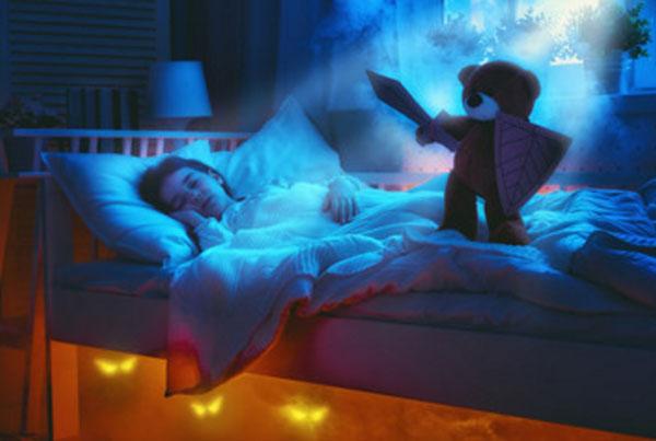 Девочка спит в темноте, а на кровати стоит медведь с мечом в руке