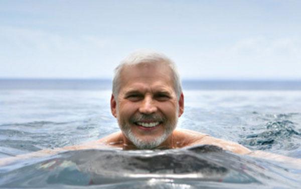 Мужчина в воде. Он улыбается
