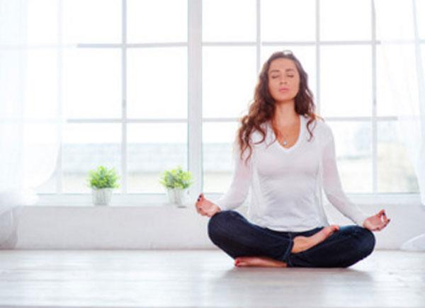Женщина занимается медитацией