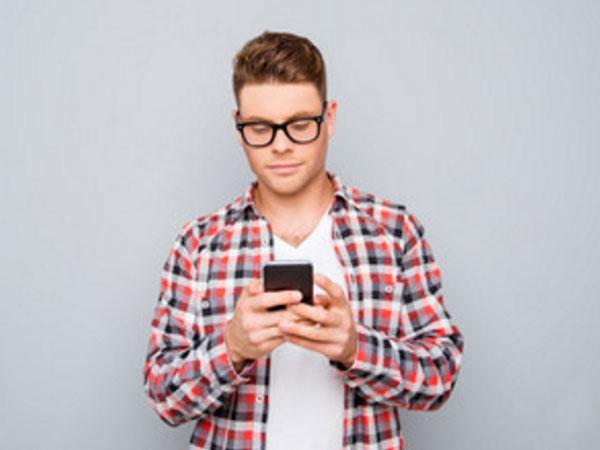 Парень набирает сообщение на телефоне