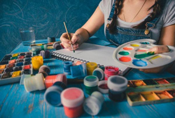Девушка рисует гуашью
