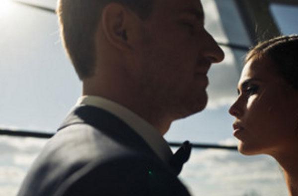 Мужчина и женщина стоят практически напротив друг друга, но смотрят прямо перед собой
