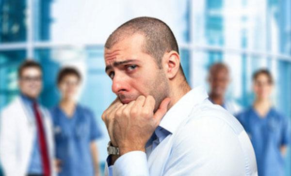 Парень паникует, приближаясь к стоматологам