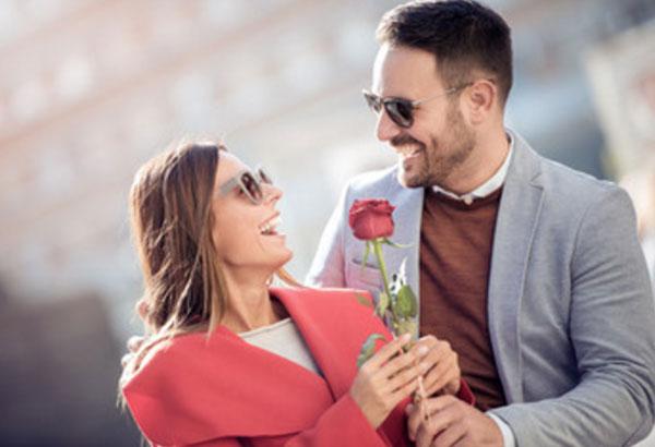 Парень дарит девушке розу