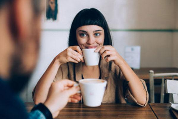 Свидание в кафе. Девушка улыбается