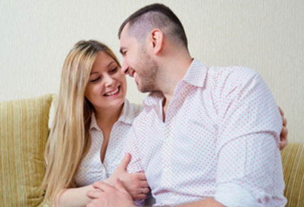 Женщина обнимает мужа