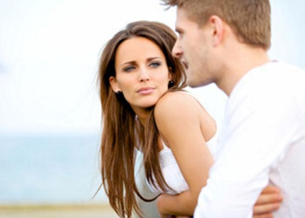 Женщина внимательно смотрит на мужчину