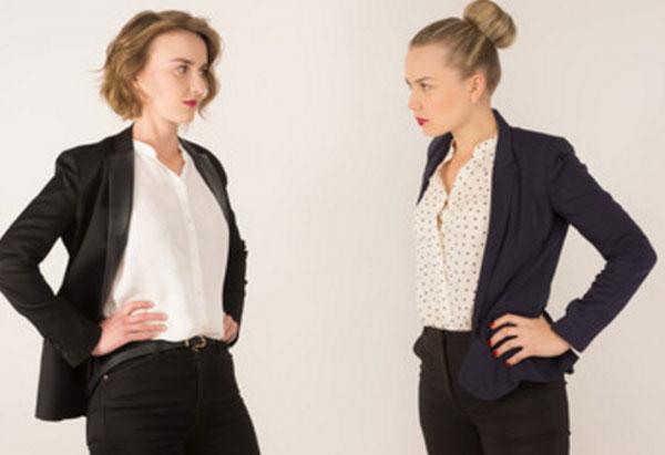 Решительно настроенные женщины смотрят на друг друга