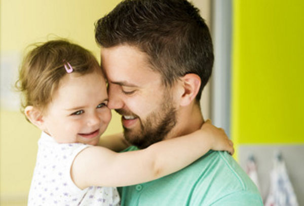 Мужчина с дочкой на руках