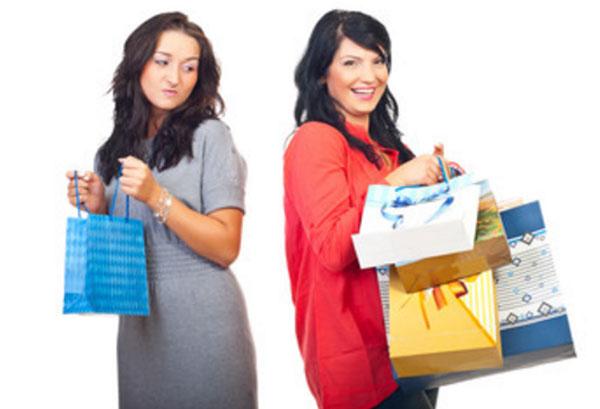 Женщина с одним пакетом завистливо смотрит на женщину с четырьмя