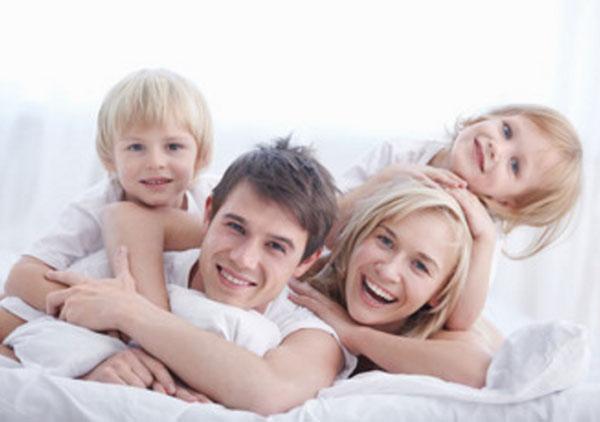 Счастливая семья: папа, мама, дочь и сын