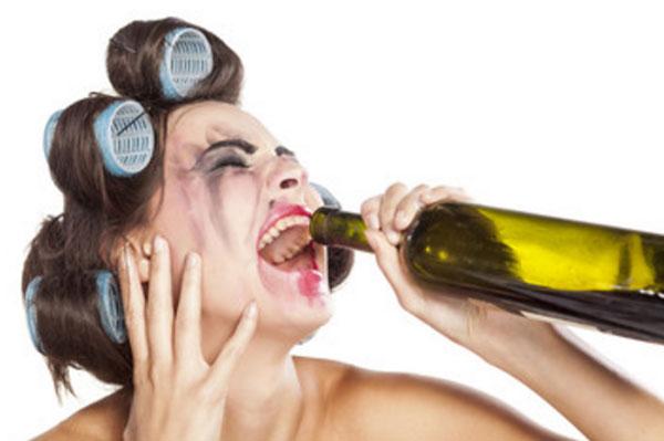 Заплаканная женщина в бигуди пьет с горла бутылки