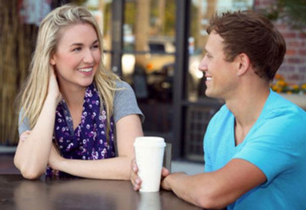Парень с девушкой общаются за столиком