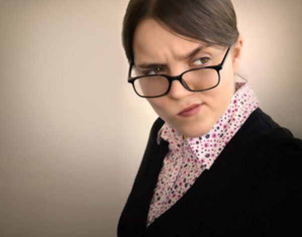 Женщина в очках одна, завидует кому-то