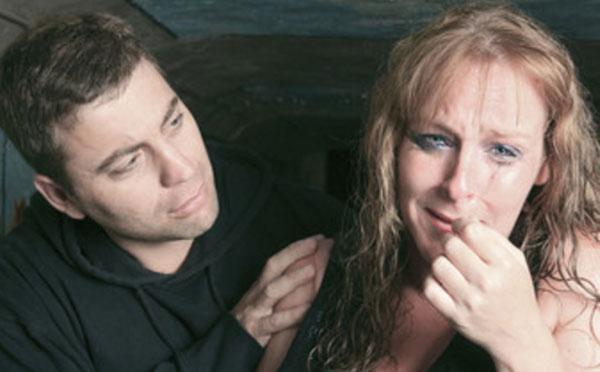Женщина плачет. Мужчина пытается ее успокоить