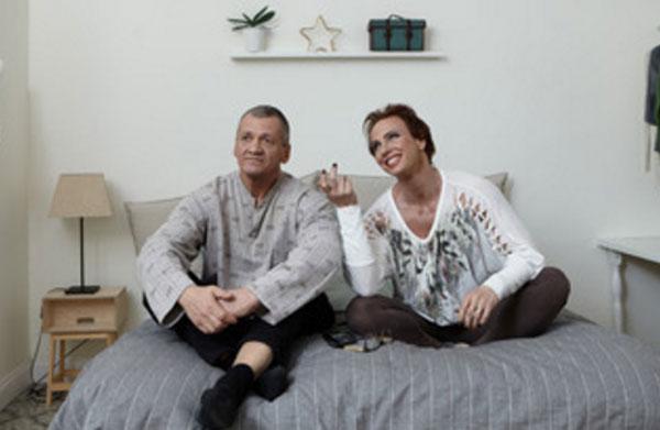 Муж с женой общаются, сидя на кровати
