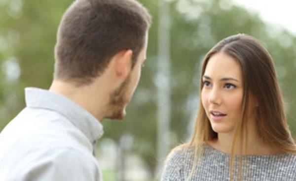 Мужчина разговаривает с женщиной на улице