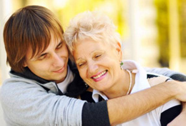 Мужчина обнимает свою маму