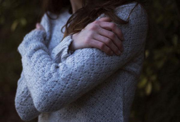 Женщина скрестила руки на груди
