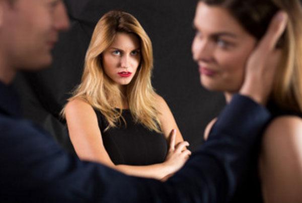 Женщина с ненавистью смотрит на соперницу