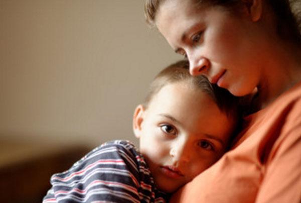 Мальчик обнимает маму, лежит у нее на груди