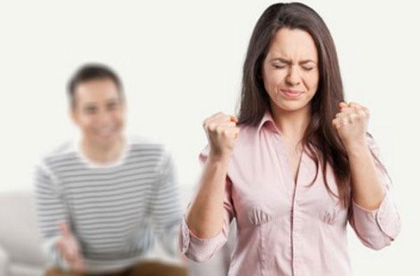 Женщина пытается не взорваться. На заднем плане сидит мужчина